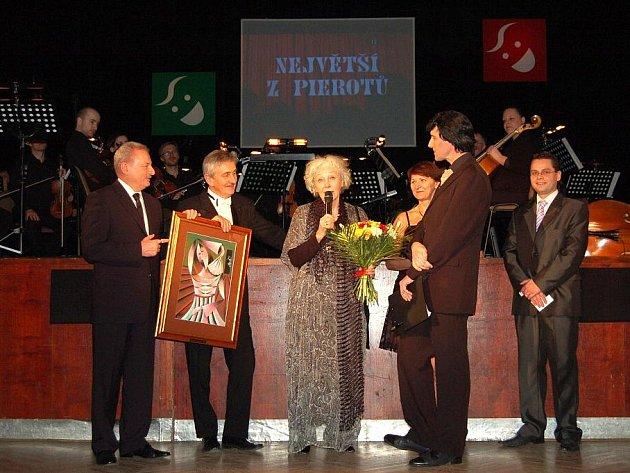 Předáním cen kritiky Největší z pierotů vyvrcholil v sobotu 22. ledna ve velkém sále uherskohradišťského Klubu kultury pětadvacátý divadelní ples.