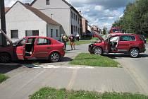 Přibližně uprostřed obce Šumice se 1. června čelně střetly dva osobní automobily. Řidiči vyvázli se zraněním.