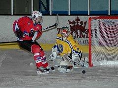 Hokejisté Uherského Hradiště trápili v derby Favorizovaný Uherský Brod víc, než by si domácí dokázali představit. Před gólmanem Vlastimilem Oharkem bylo často pořádně horko.