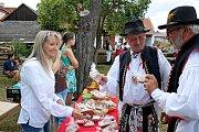 Diváci se ve dvoře a humně u Strmenských mohli v sobotu zaposlouchat do Medového zpívání.