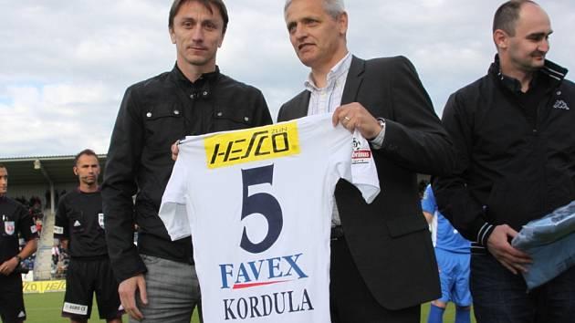 Na konci minulé sezony ukončil Michal Kordula (vlevo) profesionální kariéru a od ředitele 1. FC Slovácko Vladimíra Krejčího dostal na památku dres se svým jménem. Dnes je z bývalého kapitána asistent trenéra.