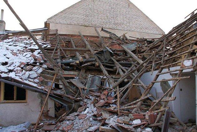 Rodinný domek v Uherském Brodě ve středu 27. ledna odpoledne kompletně zlikvidoval výbuch plynu. V jeho troskách byl nalezen mrtvý muž.