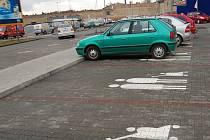 Parkovací místo pro rodiny s dětmi u hradišťského Tesca.