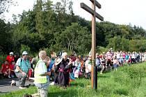 Mladí i dospělí šlapou na Velehrad pěšky a s dvouramennými kříži na prsou.
