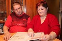 Ludmila Višňovská a František Patyla listují v kronice někdejšího turistického oddílu v Břestku.