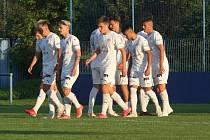 Fotbalisté Slovácka B (bílé dresy) si na kunovické Bělince poradili i s Dolním Benešovem.