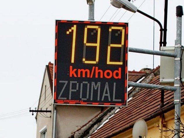 Vlastním očím nevěřili řidiči, kteří v sobotu kolem poledních hodin přijížděli od Babic k Huštěnovicím. Každý z nich, včetně cyklistů, se podle ukazatele rychlosti řítil do vesnice rychlostí 192 kilometrů v hodině.