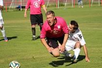 Někdejší ligový obránce Miloslav Penner (v tmavém) poznal, jak bolí fotbal v okresním přeboru. Jeho Hluk B navíc na hřišti Slovácka C prohrál 1:3.