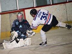 V Okresní hokejové lize Uherskohradišťska se utkali hradišťští Rangers (v bílém) a ostrožští Old Stars.