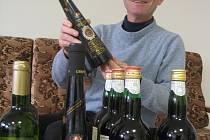 VÍNO PRO PAPEŽE. Standardní počet lahví vína každého vzorku jsou podle Josefa Vaculíka tři kusy.
