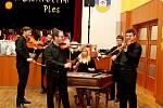 DĚKANÁTNÍ BÁL. Na prvním letošním plese ve Starém Městě plesali mladí i senioři. Ktanci a poslechu jim hrála cimbálovka, dechovka a hudební skupina.