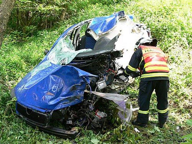 Muž z Kroměříže se chtěl zabít tak, že ve vysoké rychlosti najel čelně do stromu. Silný náraz jeho vůz zcela rozpáral.