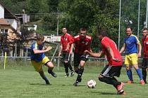 Fotbalisté Prakšic (modré dresy) jsou po deseti kolech v čele tabulky okresního přeboru.