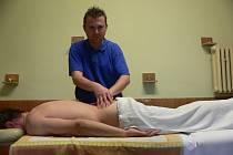 Metody, které dokážou odstranit dlouhotrvající zdravotní potíže, si lidé osvojí například při specializovaných seminářích v Bílovicích.