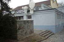 Nevzhledné čmáranice na zdech rockového klubu Mír v Uherském Hradišti zatírá malířský odborník pravidelně každý měsíc. Počmárané jsou ale i další místa Slovácké metropole