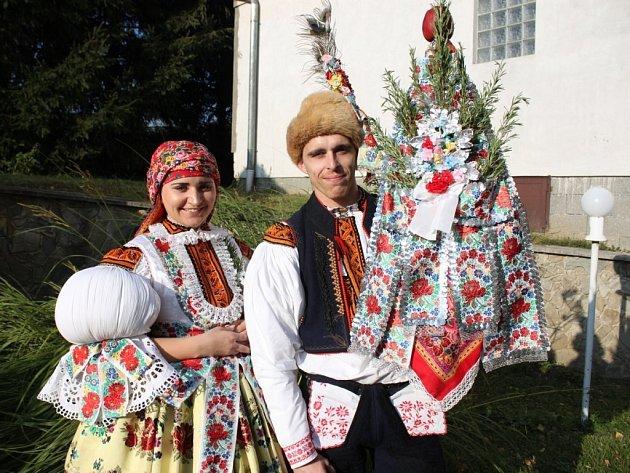 Soutěžní stárkovský pár číslo 26 - Klára Kovaříková a Leoš Gavenda, mladší stárci na hodech vNedakonicích 15.října 2016