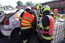 Hasiči ukázali své dovednosti při vyprošťování osob z havarovaných vozidel.