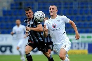 Záložník Slovácka Michal Kohút (v bílém dresu) byl nominovaný do české reprezentace do jednadvaceti let.