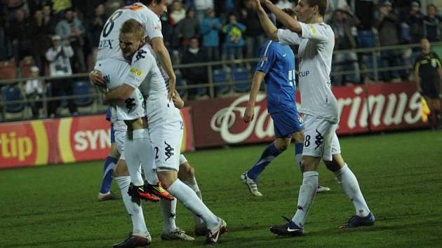 Radost po gólu na 1:0. Zleva Filip Hlúpik, Vlastimil Daníček a David Pavelka.