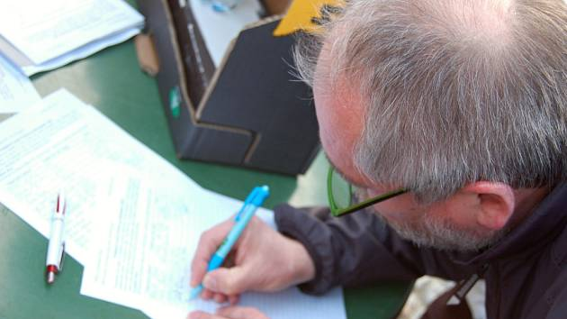 Petici za odstoupení Nečasova kabinetu v Hradišti podepsaly stovky lidí.