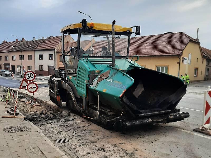 Jedním z důvodů dopravních komplikací na I/50 je podle ŘSD pokládka asfaltového povrchu v Kunovicích.