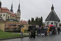 Marcela Maňásková ( s křížkem) a P. Peňáz vyrazili v čele procesí.