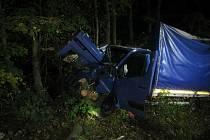 Dodávku zaklíněnou mezi stromy vyprošťovali v pondělí 19. října večer v Chřibech profesionální i dobrovolní hasiči. Jízda jejího řidiče totiž skončila havárií u silnice I/50 nedaleko Buchlovic.