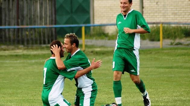 Fotbalisté Huštěnovic (v zeleném) v posledním kole okresní soutěže zdolali na svém hřišti Břestek 2:1.