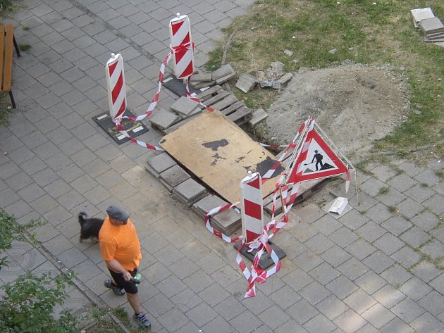 Prohlubeň v chodníku vystřídala objemná díra. Ta z chodníku zmizí po důsledné opravě, kterou mají provést správci kanalizační sítě.