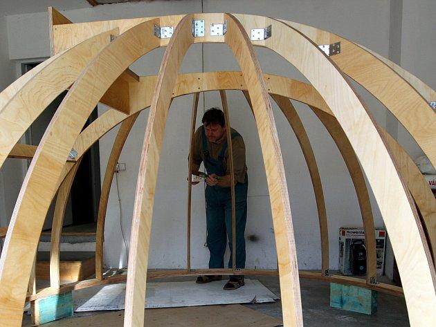 Prštenští truhláři dokončují neobvyklou zakázku, otočnou dřevěnou kopuli hvězdárny.