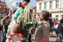 Král se svou družinou vyjel v neděli dopoledne od kunovické radnice do kunovických ulic.