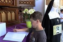 V kostelíku Cyrilka na Velehradě bude až do 26. srpna k vidění výstava Diktatura versus naděje.