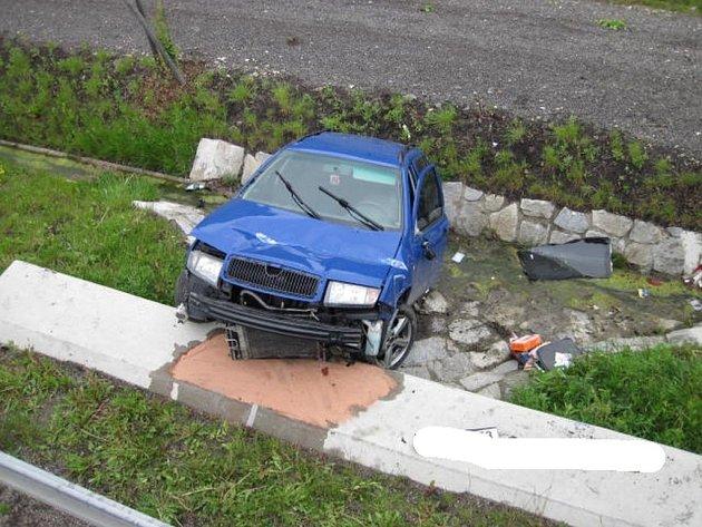Po nehodě zůstalo auto zaklíněné mimo vozovku.