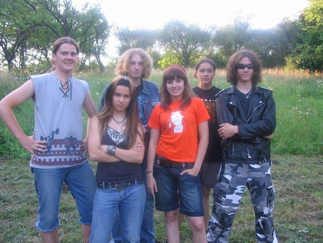 Členové kapely Neutral před koncertem spolu s Ewou Farnou.