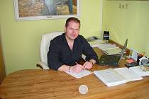 Od práce na počítači se Antonín Polášek odreaguje tenisem, lyžováním či jízdou na motorce.