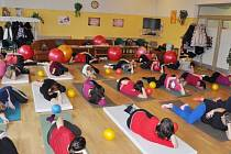 Milena Dominiková a těhotné ženy při cvičení.