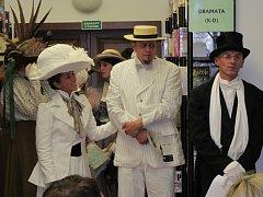 Vycházkové šaty, které lázeňští hosté nosili v 19. století, představili pracovníci hradišťské knihovny.