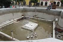 Současný stav kašny na Masarykově náměstí v Uherském Hradišti dřívější vyhledávané místo připomíná jen vzdáleně.