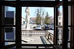 Restaurace U Bláznivé slepice v Uherském Hradišti. Pohled výdejovým okénkem na Mariánské náměstí.