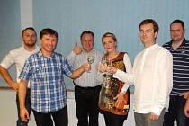 Vítězové voleb v Uherském Brodě. Patrik Kunčar slaví se svými kolegy z volebníhom štábu úspěch ve volbách