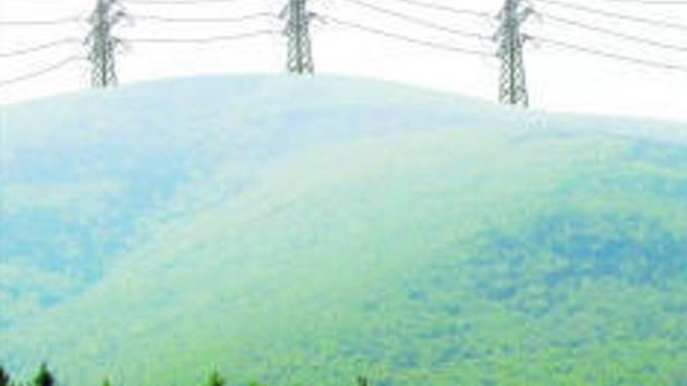 Podobný ježek stožárů velmi vysokého napětí by se mohl za pár let objevovat na panoramatických snímcích Karpat.Fotomontáž.