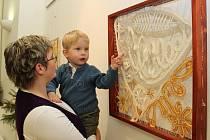 Syna nejmladší krajkářky Jitky Zalubilové, Ondřeje, lákaly snad všechny vystavené exponáty.