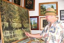 Výtvarník z Roštína na Kroměřížsku Ctirad Kubošek nejčastěji ztvárňuje staré historické objekty či krajinu.