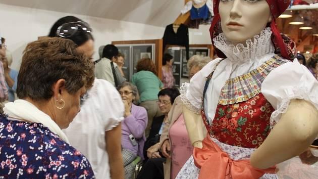 V EXPOZICI. V Galerii na půdě Muzea Podhradí Buchlovice bude až do 15. května 2014 výstava s názvem Buchlovický kroj v proměnách času.