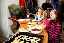 MIKULÁŠSKÉ DOBROTY. Kunovické kuchařky vyučovaly se Slováckém muzeu tvorbu postaviček čertů a Mikulášů z kynutého těsta