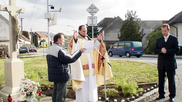 O současnou podobu kříže se nakonec postaral bánovský kněz Petr Bulvas (na snímku uprostřed).