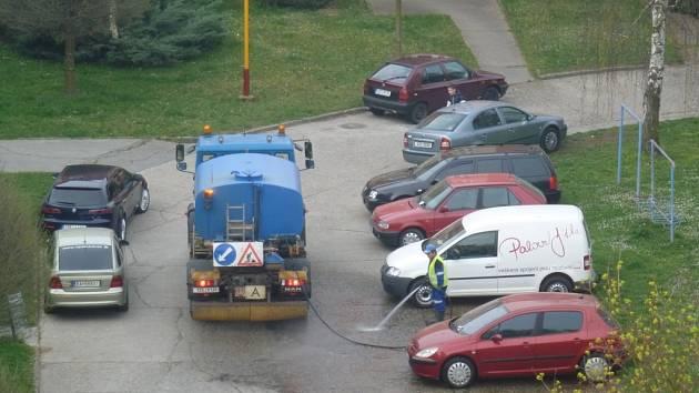 Spousta řidičů během blokového čištění nerespektuje dopravní značku Zákaz zastavení. Auta údržby tak mají často velký problém prokličkovat mezi nimi.
