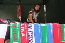 Jednadvacetiletá Tereza Tihlaříková prodává během fotbalového šampionátu v centru Uherského Hradiště zájemcům suvenýry s fotbalovou tématikou.