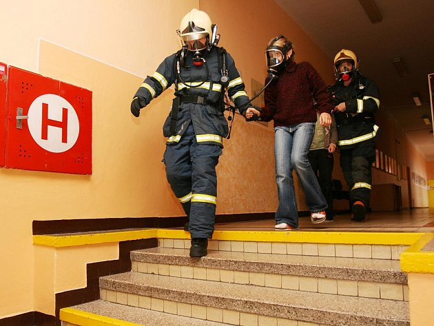 Při požárním poplachu je důležité zachovat klid a co nejrychleji opustit budovu.