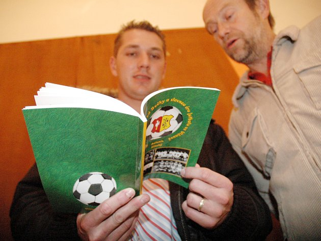 Kniha o fotbale.